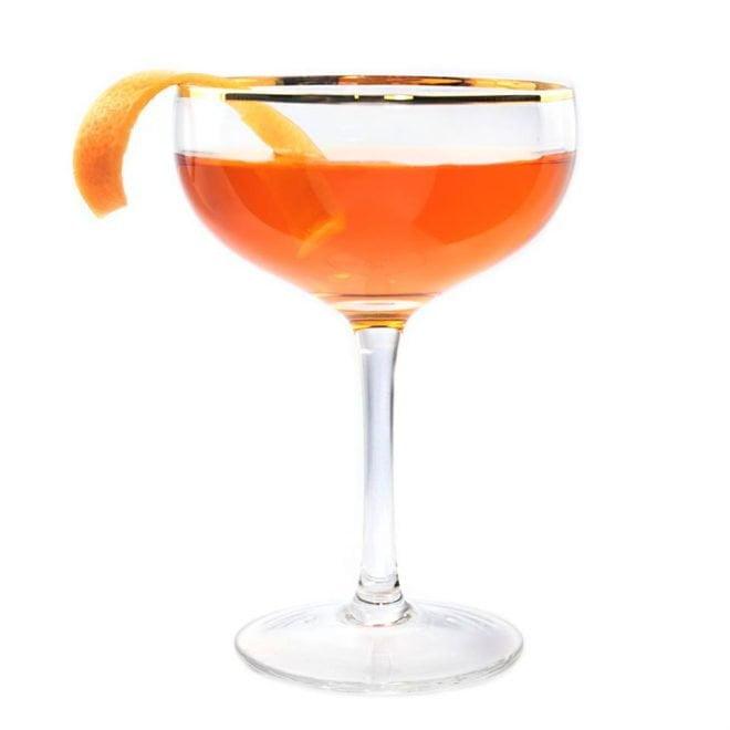 Le Montréal cocktail servir dans une coupe avec un twist de pamplemousse
