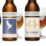 Quaters bouteilles de bière Simple Malt avec leur nouveau look. En arrière plan on retrouve des verres remplies des bières correspondantes