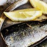 Des sardines et du citron dans une assiette