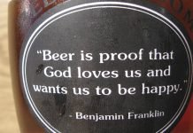 "La citation ""Beer is proof that God loves us and wants us to be happy."", supposément de Benjamin Franklin su urn bouteille de bière"