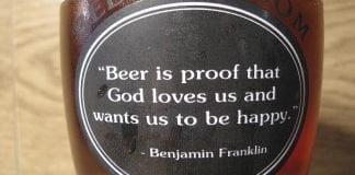 "La citation ""Beer is proof that God loves us and wants us to be happy."", supposément de Benjamin Franklin su urn bouteille de bière"