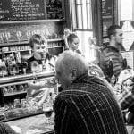 Le barman L'Albion au travail, derrière le bar