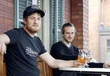 Steven Bussière, une bière à la main, et son frère assis sur la terrasse de L'Albion.