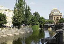 La ville de Prague, vue du canal