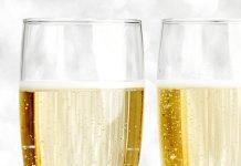 Carte de nouvel an avec Champagne sur fond de paillettes brillantes