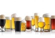 Une série de verres de bières, tous remplis