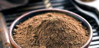 Poudre de cacao dans un bol sur un plateau