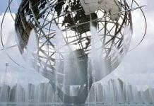 La fontaine avec le globe de la terre du World Expo