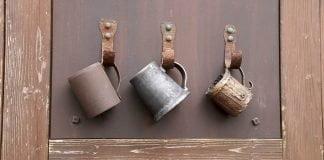 Trois gobelet de bière anciens accrochés sur un mur