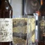 Les quatres bières proposées de Kruhnen, avec au centre un contenant de verre plein des différentes céréales utilisées