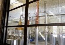 Les alambiques de cuivre de la Distillerie Cirka, derrière les vitresde leur salon de dégustation