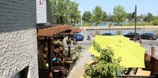 La terrasse du Lagabière sur le bord de la rivière Richelieu
