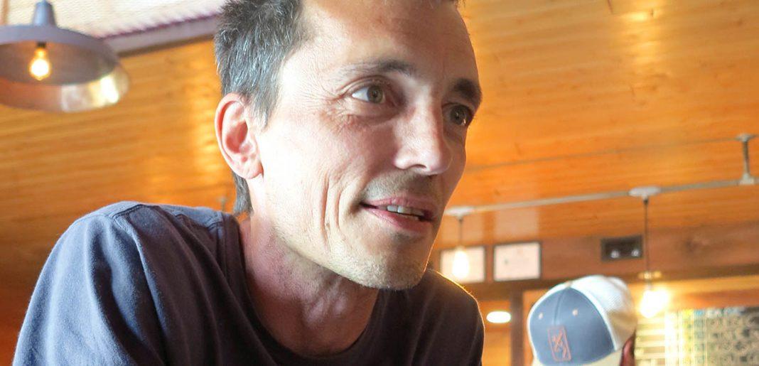 Philippe Gauthier acoudé au bar du Naufrageur