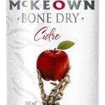 Une canette de McKeown Bone Dry Gingembre avec un dessin d'une main de squelette sortant du sol tenant une pomme