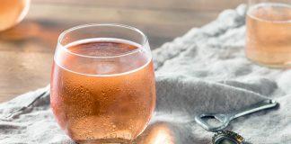 un verre de cidre rosé