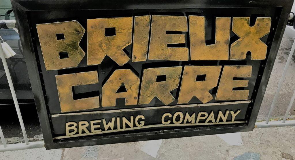 Le signe annonçant Brieux Carré sur le bord de la rue