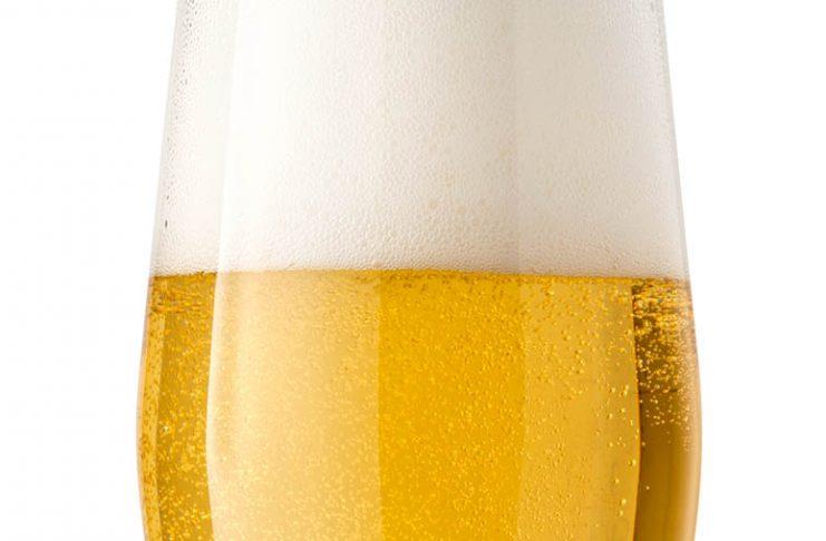 Une bière blonde servie dans un verre avec un magnifique col