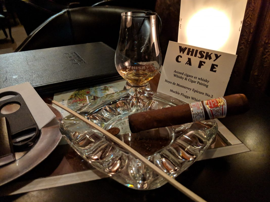 Un cigare Hoyo de Monterrey Epicure No 2 dans un cendrier accompagné d'un scotch single malt Muckle Flugga au Whisky Café de Montréal